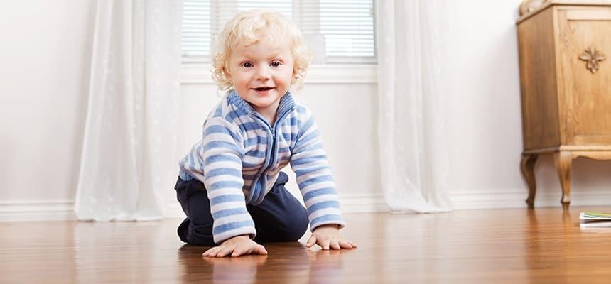 uśmiechnięty chłopiec na podłodze