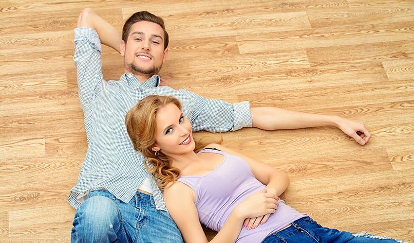 uśmiechnięty mężczyzna i kobieta leżą na podłodze