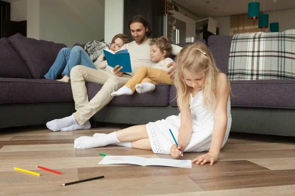 dziewczynka rysuje na elektrycznie podgrzewanej podłodze