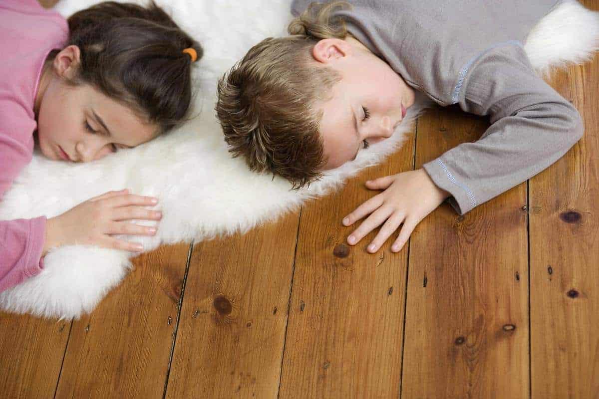 dzieci leżące na podłodze